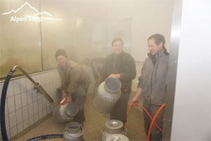 Bauern liefern Milch an vom Alpen Sepp