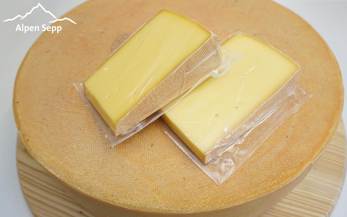 Ganzen Käselaib in Käsestücke zerteilen bzw. schneiden